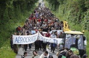 106607_plusieurs-centaines-d-opposants-au-futur-aeroport-de-nantes-manifestent-le-07-mai-2011-au-lieu-dit-la-paquelais-a-vigneux-de-bretagne